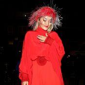 Rita Ora : Sublime en robe rouge fendue... elle dévoile sa culotte