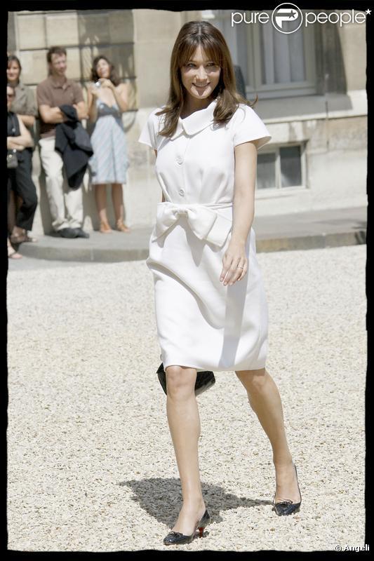 Parfaite dans une robe blanche en cachemire signée Dior, Carla a brillé le 14 juillet à l'Elysée
