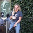 Hilary Duff est allée boire un café avec une amie chez Alfred's Coffee dans le quartier de West Hollywood à Los Angeles, le 24 septembre 2019.