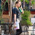 Exclusif - Hilary Duff est allée acheter de la nourriture à emporter à la sortie de son cours de gym dans le quartier de Sherman Oaks à Los Angeles, le 24 septembre 2019.