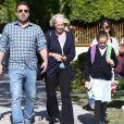 Ben Affleck avec  sa mère Christine Anne Boldt et ses enfants après leur sortie de l'école à Los Angeles le 18 octobre 2019.