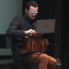 Exclusif - Louis Sarkozy consulte son ordinateur sur un banc à New York le 3 novembre 2017.