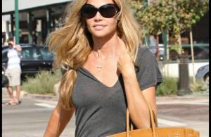 Denise Richards : elle n'oublie pas le T-Shirt transparent... même pour s'offrir une virée avec ses deux filles chéries !