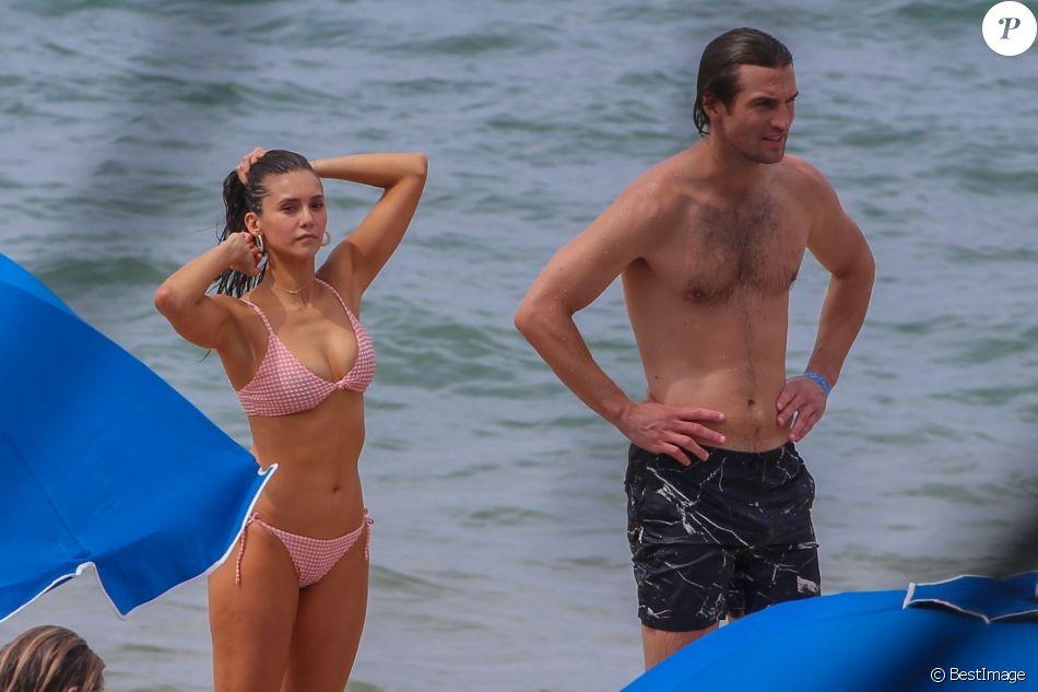 Exclusif -  Nina Dobrev et son compagnon Grant Mellon s'amusent, se câlinent et s'embrassent sur la plage de Maui à Hawaii, le 31 août 2019