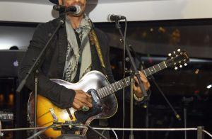 Gary Dourdan se produit en showcase devant Frédérique Bel et Flora Coquerel
