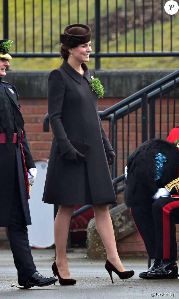 Le prince William et Catherine Kate Middleton, duchesse de Cambridge, enceinte, assistent à la parade de jour de la Saint Patrick à Mons Barracks le 17 mars 2015.