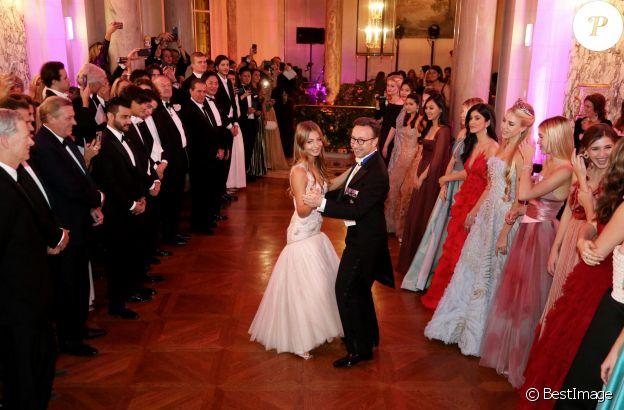 Exclusif - Stella Belmondo (en robe Chanel haute couture) et Stéphane Bern - Les débutantes au Bal 2019 au Shangri-La Hotel, Paris. Le 30 novembre 2019. © Le Bal / Jacovides-Borde-Moreau / Bestimage