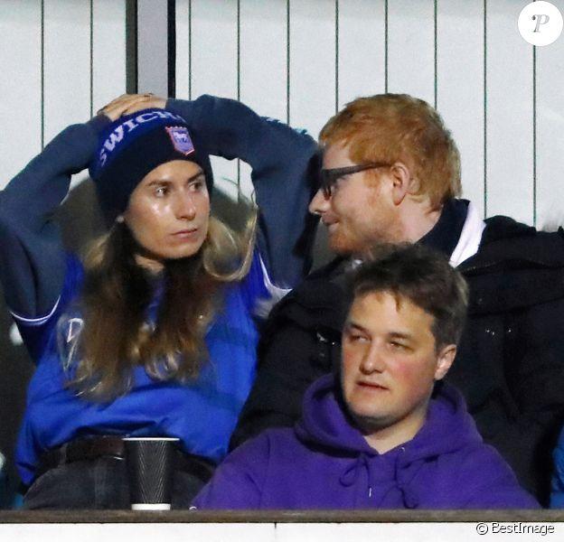 Ed Sheeran et sa femme Cherry Seaborn assistent à un match de foot à Ipswich, opposant l'équipe locale à celle des Wycombe Wanderers, le 26 novembre 2019. Le chanteur est un fervent supporter du club d'Ipswich.