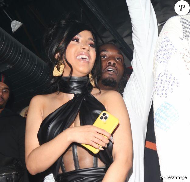 Offset fête son anniversaire (28 ans) avec sa femme Cardi B dans un club de striptease à Los Angeles. Offset est arrivé avec un énorme sac rempli de billets de 1 dollars et les distribues aux stripteaseuses. L'ambiance est chaude! Le 13 décembre 2019