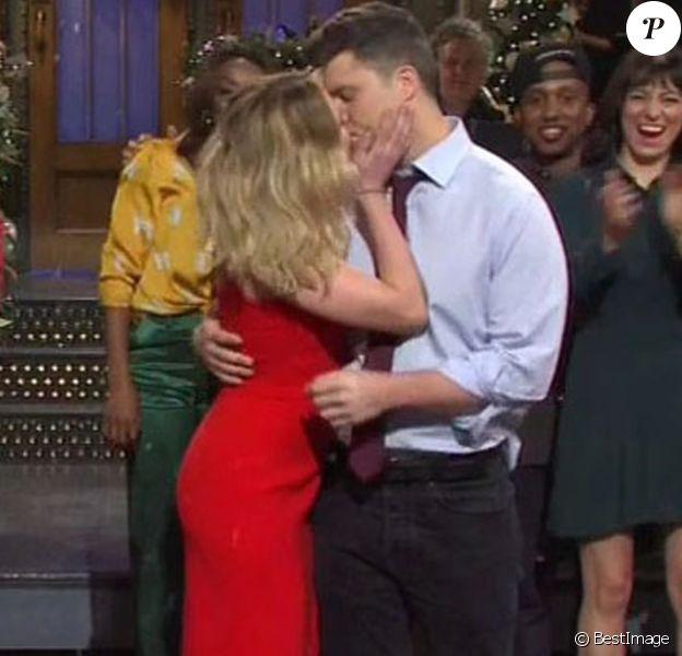 Scarlett Johansson et son fiancé Colin Jost dans l'émission Saturday Night Live, le 14 décembre 2019.