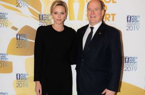 Charlene de Monaco : Robe fendue et jolies perles au bras du prince Albert