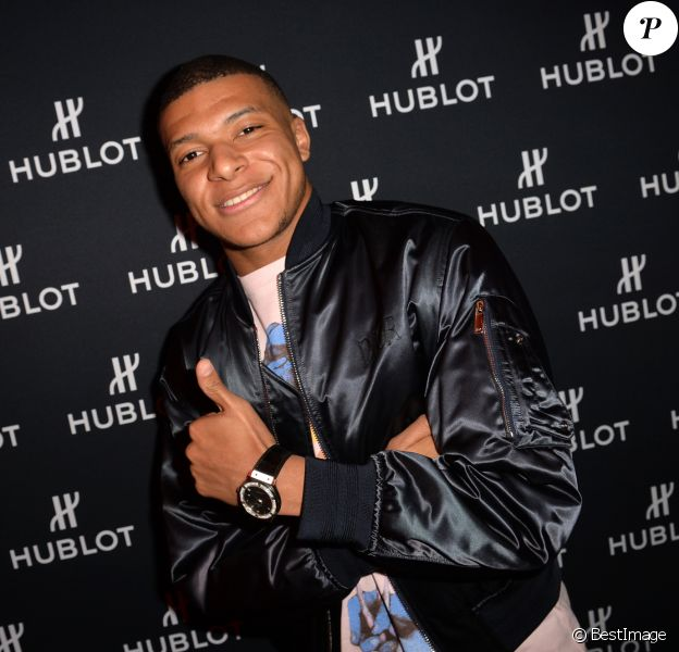 """Kylian Mbappé assiste à la soirée """"Hublot Loves Art"""" organisée par Hublot, à la Fondation Louis Vuitton. Paris, le 16 décembre 2019."""
