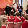 Distribution de cadeaux de Noël au palais princier de Monaco avec le prince Albert, la princesse Charlene, Louis Ducruet et Camille Gottlieb, le 18 décembre 2019.