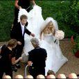 """Pour dire """"Oui"""" à son Deryck chéri le 15 juillet 2006, Avril Lavigne a choisi une robe bustier d'Organza de tissu d'ivoire faite sur mesure par Vera Wang. What else ?"""