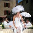 Sylvie Tellier a fait confiance au styliste des Miss France, Nicolas Fafiotte, pour sa robe de mariée. Robe bustier, corset à lacets, dentelle, plumes et énorme chapeau, une vraie princesse !
