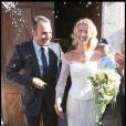 """Chouchou et Loulou se sont finalement dit """"oui"""" ! Alexandra Lamy s'est mariée dans une robe à manches longues tout en dentelle... Un style très géorgien !"""