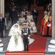 Afin de donner sa main au Prince Charles, Lady Diana a remis les créateurs à la mode dans les mariages princiers, avec sa sublime robe de princesse dessinée par David et Elizabeth Emmanuel !