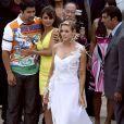 Pour les besoins d'un film, Denise Richards a enfilé une sublime robe de mariée. Unique bretelle faîte de plume blanche, et fente jusqu'en haut de la cuisse, cette robe a une allure... hollywoodienne !