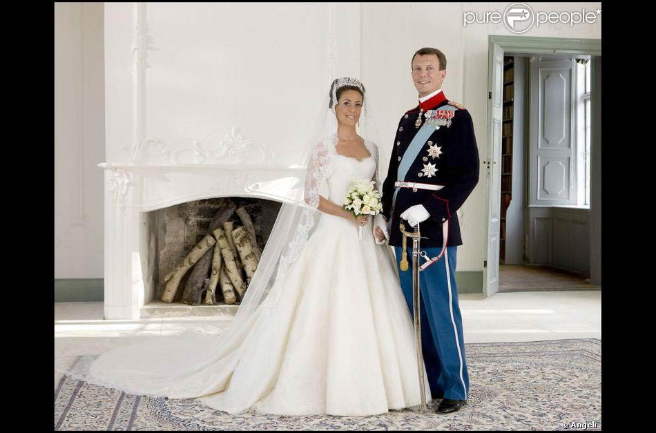 Une longue traîne royale pour illustrer son passage à la vie de princesse.  Marie Cavallier a choisi une ravissante robe italienne Arasa Morelli pour  devenir