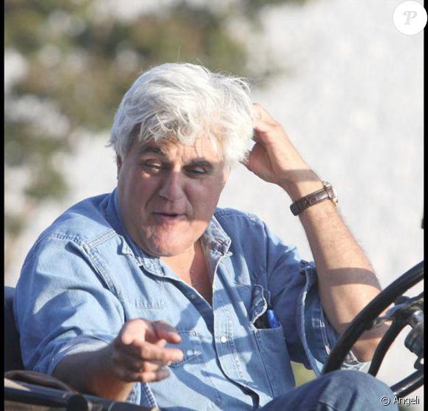 Jay Leno se balade dans les rues de Los Angeles au volant de sa vieille voiture