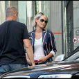 Laeticia rend visite à Johnny Hallyday à l'hôpital américain. Août 2009