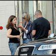Laeticia va rendre visite à Johnny Hallyday à l'hôpital américain, à Neuilly. Août 2009