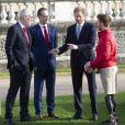 Le prince Harry, duc de Sussex, rencontre des jeunes joueurs de rugby dans les jardins du palais de Buckhingam à Londres le 16 janvier 2020.