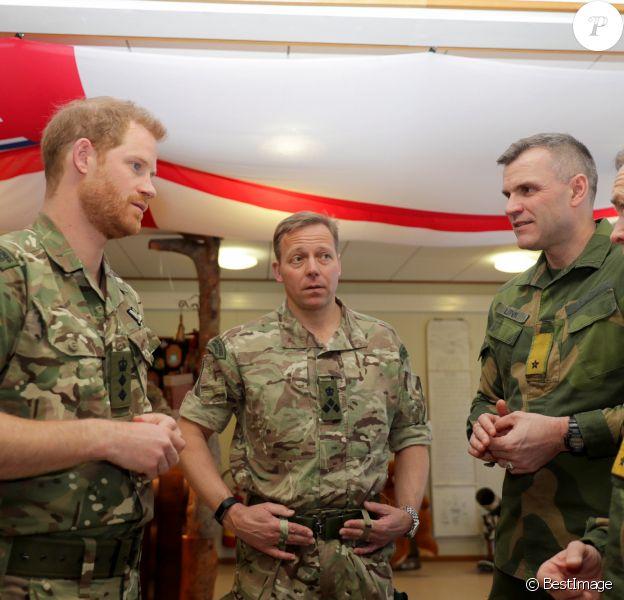 Le prince Harry, visite un commando héliporté en exercice sur la base de l'armée de l'air norvégienne à Bardufoss, en Norvège, le 14 février 2019.