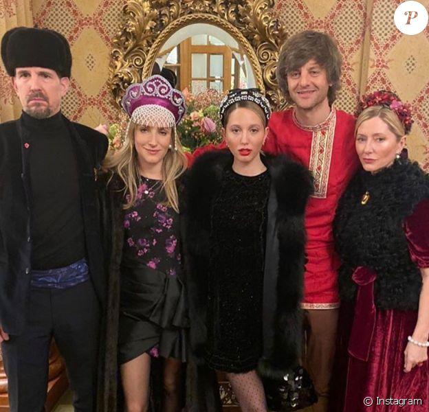 """Le prince Pavlos de Grèce, sa femme la princesse Marie-Chantal (à droite), leur fille la princesse Maria Olympia (au centre) avec le prince Ernst August de Hanovre et la princesse Ekaterina lors de la fête """"russe"""" au cours du week-end du mariage de Stavros Niarchos et Dasha Zhukova, le 18 janvier 2020 à Saint-Moritz en Suisse."""