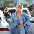 Khloe Kardashian en total look jean en balade dans le quartier de Sherman Oaks à Los Angeles, le 22 janvier 2020.
