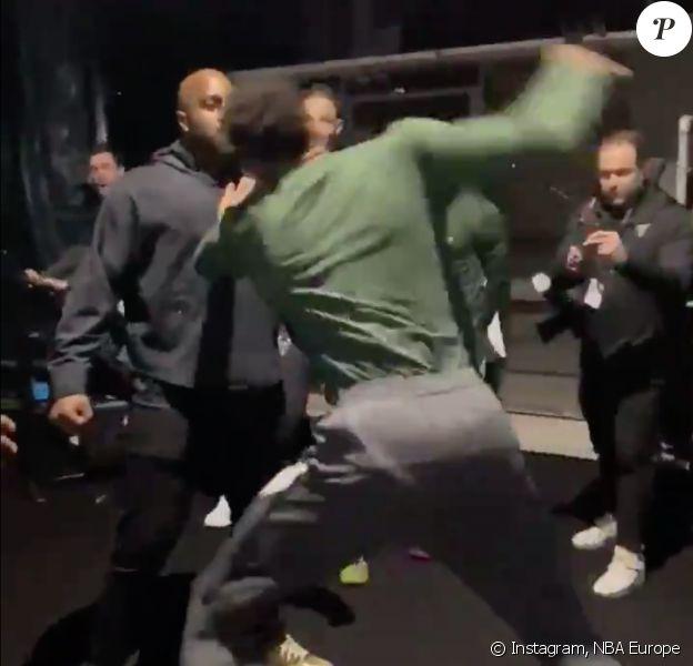 Teddy Riner et les joueurs des Milwaukee Bucks simulent un combat de catch dans les coulisses du NBA Game Paris 2020, à l'AccorHotels Arena. Paris, le 24 janvier 2020.