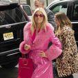 Jessica Simpson, toute de rose vêtue, arrive au siège de Buzz Feed à New York. Le 4 février 2020.