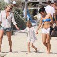 Kate Moss et sa fille Lila Grace se promènent sur la plage de Saint-Tropez en compagnie de Lilly Allen