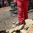 Le prince Harry d'Angleterre taille une pierre pendant sa visite de la construction du nouveau centre de Sentebale Mamohato Children's Centre à Thaba-Bosiu à Maseru, le 6 décembre 2014.