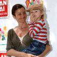 Helena Christensen et son fils Mingus à New York, le 2 mai 2004.
