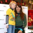 Helena Christensen et son fils Mingus à New York, le 11 décembre 2005.