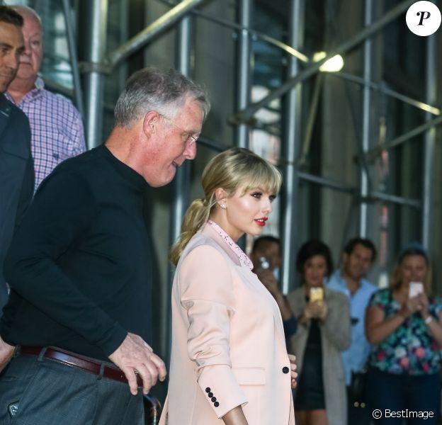 Taylor Swift quitte son appartement aux côtés de son père Scott Kingsley Swift à New York. Le duo se rend au restaurant pour un dîner père/fille, le 14 juin 2019.