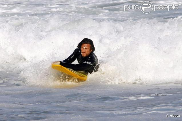 Sean Penn s'éclatant sur sa planche de surf le 26 juillet 2009 sur la plage de Zuma à Los Angeles