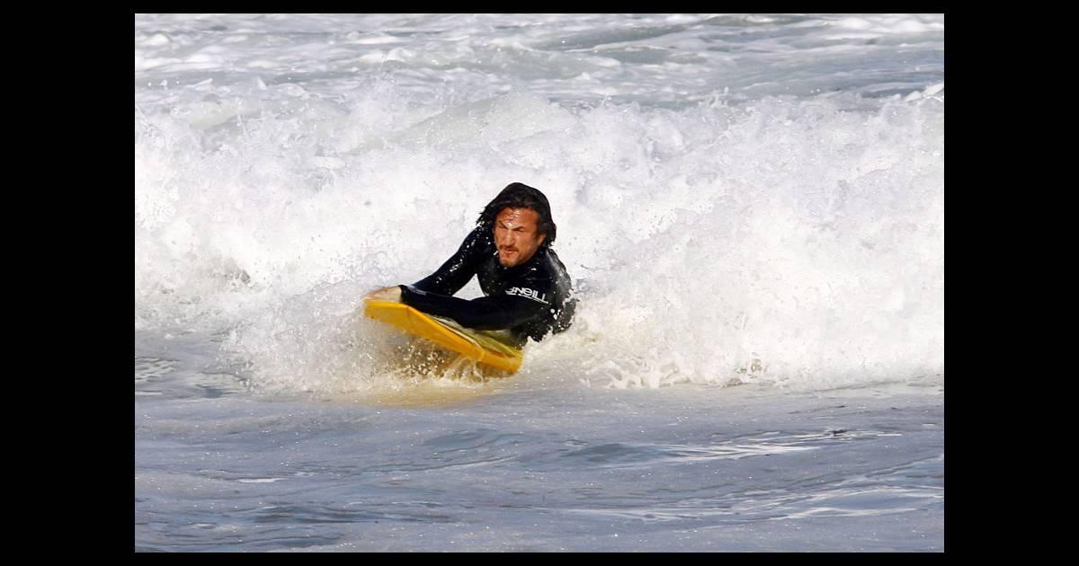 Sean penn en pleine session de surf l 39 acteur n 39 a jamais t auss - Decorer sa planche de surf ...