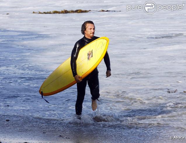Sean penn s 39 clatant sur sa planche de surf le 26 juillet 2009 sur la pla - Decorer sa planche de surf ...