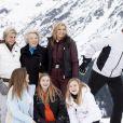 Le roi Willem-Alexander des Pays-Bas chahute avec son neveu le comte Claus-Casimir lors de la séance photo avec la presse à l'occasion des vacances de la famille royale aux sports d'hiver à Lech, Autriche, le 25 février 2020.