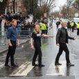 Jon Bon Jovi et le prince Harry posent sur un passage piéton d'Abbey Road après un enregistrement avec la chorale des Jeux Invictus. Londres, le 28 février 2020.