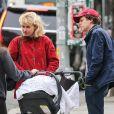 Exclusif - Jesse Eisenberg et sa compagne Anna Strout rencontrent Imogen Poots en promenant leur fils en poussette à New York, le 23 mai 2018.