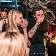 Brooklyn Beckham (au milieu) fête ses 21 ans avec sa petite amie Nicola Peltz, dans la maison des Beckham, aux Cotswolds, en Angleterre. Le 7 mars 2020.