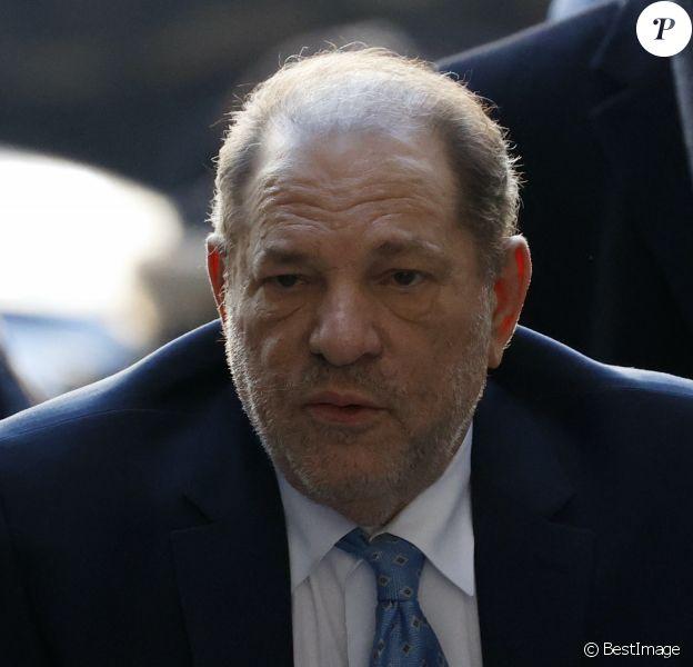 Le producteur Harvey Weinstein arrive à la Cour suprême de l'État de New York pour son procès pour agression sexuelle à New York City, New York, États-Unis, le 24 février 2020.