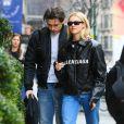 Brooklyn Beckham et sa petite amie Nicola Peltz, tous deux habillés de vestes noires et de jeans bleus, se baladent main dans la main à New York. Le 11 mars 2020.