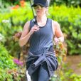 Reese Whiterspoon fait du jogging pour entretenir sa forme pendant le confinement à Los Angeles, dû au coronavirus (Covid-19), le 7 avril 2020.  Reese Witherspoon seen going for a jog this morning and keeping a big smile on her face while passing her neighbors. Los Angeles. April 7, 2020.07/04/2020 - Los Angeles