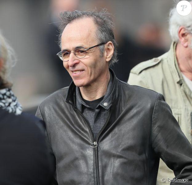 Jean-Jacques Goldman et Maxime Le Forestier lors des obsèques de Véronique Colucci au cimetière communal de Montrouge, le 12 avril 2018.