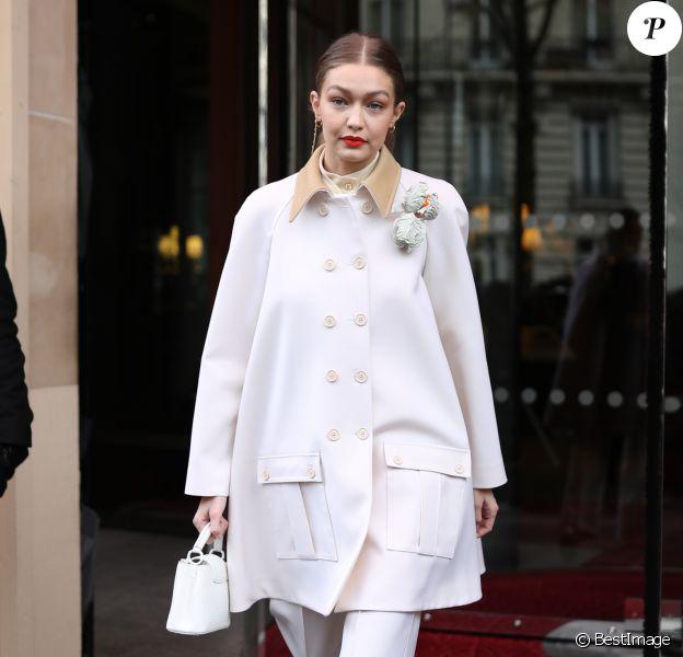 Gigi Hadid, entièrement habillée en Louis Vuitton (collection printemps-été 2020 et sac Capucines) à la sortie de l'hôtel Royal Monceau à Paris le 27 février 2020.