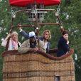 """Kate Upton, Matt Barr et Alexandra Daddario tournent une scène dans une montgolfière sur le tournage de """"The Layover"""" à Vancouver. Directeur William H. Macy dirige la scène de son fauteuil. Le 12 mai 2015"""